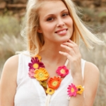 Free Pattern! Necklace and Bracelet with Summer Flowers Crocheted in Drops Safran